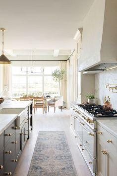 classic kitchen design // gray and white kitchen // gold hardware // brass pendant light Classic Kitchen, New Kitchen, Kitchen Dining, Kitchen Decor, Dining Area, Estudio Mcgee, Küchen Design, Interior Design, Home Luxury