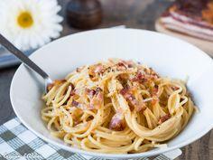Une recette authentique de pâtes à la carbonara à l'Italienne (sans crème) facile et rapide à faire. Vous allez adorer!