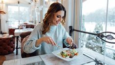 Chcete zhubnout? Máme dietní jídelníček isrecepty! - Proženy Nutrition Guide, Health And Nutrition, Health And Wellness, Mindless Eating, Make Good Choices, People Eating, Mindful Eating, Eating Habits, Tofu
