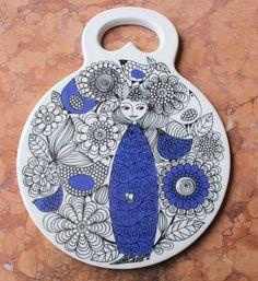 Arabia of Finland Trivet by Pastoraali Inspirations Magazine, Plates On Wall, Figurative Art, Ceramic Pottery, Finland, Metallica, Retro Vintage, Arts And Crafts, Mid Century