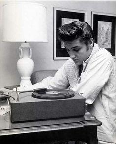 Elvis Presley at the Knickerbocker Hotel, Hollywood : August 1956 Stoner Rock, Sean Leonard, El Rock And Roll, Young Elvis, Elvis Presley Photos, Record Players, American Singers, New Wave, In Hollywood