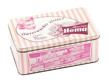 Onverwachts visite? In dit vintage Hema koekblik kun je al je lekker koekjes knapperig houden. Of stop 'm vol met de allerlekkerste snoepjes! -De Oude Speelkamer