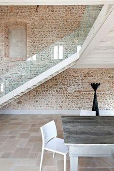 garde-corps en verre, un escalier blanc près d'un mur intéressant