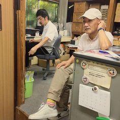 【hayashitokeiho】さんのInstagramの写真をピンしています。《【今日のハヤシ】行商から戻り一息いれる林とゴミ箱へシュートする南スタッフの図👯✨ 台風の影響もありフライトの時間が大幅にズレるハプニングも発生🌀🌀🌀 そのような中でも心優しいお客様たちに恵まれ林時計金甫スタッフ一同感謝致しております🙇🏻✨#ありがとうございます ✨#三重県#津市#時計屋#時計#林#親父#考える人#そこ私の席#笑#くつろぎ中#突然#立ち上がり#💡#マッサージ#ゴー#今日のハヤシ#fashion#stayle#converse#poloshirt#cap#カラフル#靴下#コーデ》