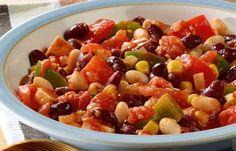Chili sin carne - 10 einfache Rezepte für jeden Tag - Zutaten für 4 Portionen: - 2 Zwiebeln - 1 Knoblauchzehe - 4 EL Olivenöl - 1 kleine grüne Paprikaschote - 1 kleine rote Paprikaschote - 2 rote Chilischoten - 2 EL Tomatenmark...
