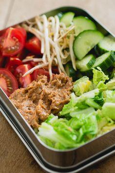 Deze gado gado lunchbox is een heerlijk vullende maaltijdsalade met veel groenten. Het is ook een vegetarische lunch en perfect als je zin hebt in een lunch zonder brood. via @theanswerisfood