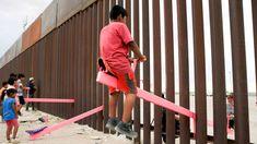Vastaveto Trumpin rajamuurille: Yhdysvaltain ja Meksikon väliseen raja-aitaan kiinnitettiin pinkkejä keinulautoja   Yle Uutiset   yle.fi Seesaw, New Mexico, Parka, Donald Trump, Art For Kids, El Paso, Art For Toddlers, Art Kids, Donald Tramp