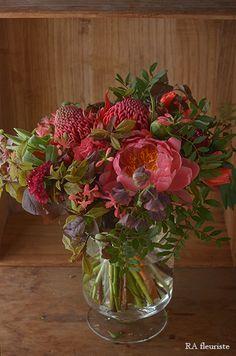 毎年この色合いのブーケを束ねて頂きたいと思いつつ、時期を逃してしまっていたレッスン。やっと開催できました。コーラル色の芍薬をメインにゴテチャと田無ツツジ、... Little Flowers, My Flower, Red Flowers, Flower Vases, Spring Flowers, Flower Pots, Beautiful Flower Arrangements, Floral Arrangements, Beautiful Flowers
