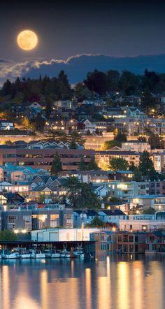 Full moon over Seattle, Washington • photo: Nicole S. Young on 4ormat