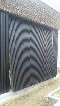 Garage Door Colors, Garage Door Design, Arch House, My House, Modern Garage Doors, Modern Exterior, Cladding, Cliff, Architecture Details