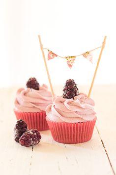 Blackberry and Greek Yogurt Cupcakes (Megasilvita) Love Cupcakes, Spice Cupcakes, Cupcake Bakery, Cupcake Cookies, Greek Yogurt Cupcakes, Cupcake Recipes, Dessert Recipes, Cupcake Ideas, Cake Pops