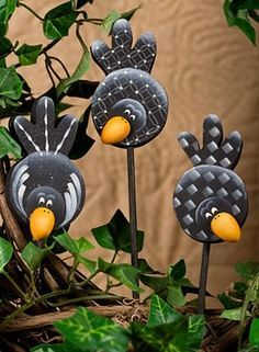 Crows On A Stick .these coulde be cut out of tin or aluminum cans and attached to garden stakes .love the cute idea! Tin Can Crafts, Rock Crafts, Clay Crafts, Country Paintings, Paperclay, Tole Painting, Pottery Painting, Glass Birds, Garden Crafts