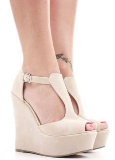 TACONES DE PLATAFORMA: Los tacones con demasiada plataforma pueden beneficiarte si eres de corta estatura, pero si eres alta o de contextura normal, déjalas de lado.  Recuerda que las plataformas demasiado anchas o marcadas logran aparentar piernas más anchas. Si buscas parecer más alta, pero sin ensanchar tus piernas, elige plataformas de no más de 1,7 cm de altura, y siempre de menor o igual ancho que la base del tacón. Shoes Heels Boots, Heeled Boots, Beige Wedges, New Image, Beautiful Shoes, Peep Toe, High Heels, Footwear, Pumps