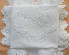 LINGE ANCIEN/ Superbe taie avec imposant monogramme BE et broderie blanche sur toile de lin fin