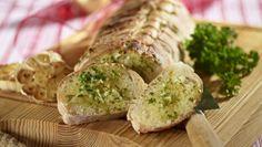 Disse fladbrød med rosmarin er meget lækre sammen med hummus, pesto eller en tapenade. Nyd dem som snack til et glas vin, mens maden bliver færdig.