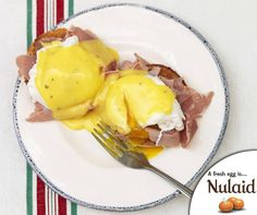 This easy hollandaise sauce recipe is so silky and delicious, you'll never have to go out for brunch again! Just add poached eggs and toasted sourdough. Egg Recipes, Sauce Recipes, Cooking Recipes, Healthy Recipes, Jamie Oliver Hollandaise, Salsa Suave, Recipe For Hollandaise Sauce, Perfect Poached Eggs, Dips