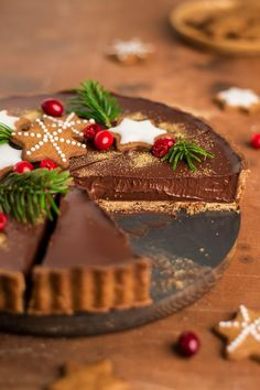 Gingerbread chocolate and amaretto tart (vegan) Gingerbread chocolate and amaretto tart (vegan),Christmas Food, Crafts and Decorations Gingerbread amaretto chocolate tart - Lazy Cat Kitchen and Drink Vegan Christmas, Christmas Sweets, Christmas Cooking, Christmas Chocolates, Christmas Foods, Christmas Crafts, Tart Recipes, Sweet Recipes, Dessert Recipes