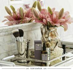 Inspiração linda de decoração para penteadeiras e banheiros! Bandejas são perfeitas para organizar pequenos objetos, como perfumes e pincéis de maquiagens. Além de práticas, decoram de um jeito delicado e podem ter um estilo mais vintage ou moderno, dependendo do modelo escolhido. Flores são sempre o toque perfeito! #decoração #decor #dicas #bandejas #penteadeira #perfume #flores #casa #ideias #inspiração #organização #lnl #looknowlook