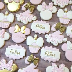 Pink and gold cookies. Minnie Mouse Cookies, Minnie Mouse Birthday Decorations, Minnie Mouse Theme Party, Minnie Mouse First Birthday, Disney Cookies, Minnie Mouse Baby Shower, Mickey Mouse Cake, Mickey Y Minnie, Minnie Mouse Pink
