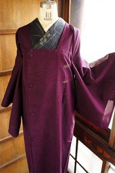 山葡萄のようなコクと深みのある赤紫を透かして、裏に織り出されたストライプ模様がごくわずかに浮かび上がる、モダンな紗の薄コートです。