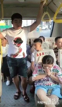 Why do you litter in public transport - Gif Funny Vid, Funny Cute, Haha Funny, Hilarious, Funny Stuff, Funniest Pranks, Funny Pranks, Funny Memes, Scary Pranks