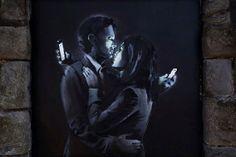 Banksy ironiza sobre la tecnología cotidiana con nuevos graffitis http://blogs.20minutos.es/clipset/banksy-ironiza-sobre-la-tecnologia-cotidiana-con-nuevos-graffitis/