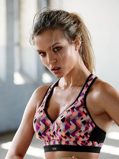 Your boxing sesh just got more Incredible…meet the maximum support sport bra that can keep up with the toughest fitness routines, whether you're bobbing and weaving or delivering that 1-2 punch. | Incredible by Victoria's Secret Sport Bra