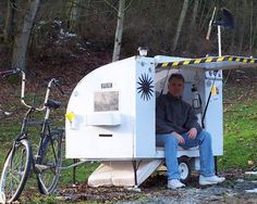 "Cool link smallest homes in the world"" but I really like this one. The bike mounted trailer has heating, solar, and a small oven. The creator used this nifty innovation to get around at burning man. Mini Camper, Motorhome, Bike Motor, Tumbleweed Tiny Homes, Tiny House Company, Little Houses, Tiny Houses, Big Sky, Solar Power"