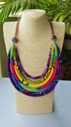 Collier africain avec des perles en cristal en couches