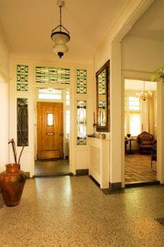 prachtige hal van een prachtig huis dat nu te koop staat in den bommel granito vloer en donkere randen