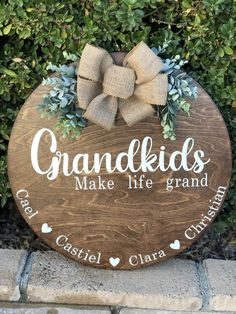 Wooden Door Signs, Diy Wood Signs, Wooden Door Hangers, Primitive Wood Signs, Painted Wooden Signs, Grandkids Sign, Circle Crafts, Wooden Wreaths, Family Wood Signs