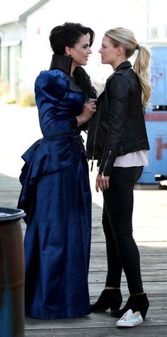 So sexy together too. My fairy 👸 Awesome Evil Queen Regina and Emma (Lana and Jen) airs Sunday (manip) Jennifer Morrison, Regina E Emma, Once Upon A Time Funny, Ouat Cast, Cute Lesbian Couples, Evil Queens, Hook And Emma, Swan Queen, Regina Mills