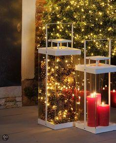 Kerst lantaarn. Dennenappels. Lampjes. Christmas