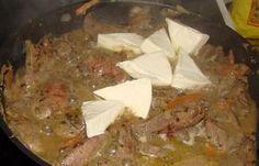 """""""Ficatul gingaș în sos de smântână"""" este o mâncare delicioasă pentru prânz sau cină. Ficatul se prepară foarte simplu, e deosebit de moale și aromat și se combină excelent cu orice garnitură. Preparați această mâncare sănătoasă pentru cei dragi și savurați-o cu plăcere alături de o garnitură de cartofi sau salată de legume. INGREDIENTE -1.5 g de ficat de pui -3 cepe -300 g de brânză topită -500 g de iaurt natural fără adaosuri -1 legătură de mărar -3-5 căței de usturoi -ulei -sare după gust N... Steak, Pork, Beef, Homemade, Salads, Kale Stir Fry, Meat, Home Made, Steaks"""