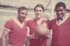 1969, Chico no Estádio da Luz em Portugal, entre Gugu e Eusébio.