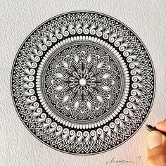 tattoo - mandala - art - design - line - henna - hand - back - sketch - doodle - girl - tat - tats - ink - inked - buddha - spirit - rose - symetric - etnic - inspired - design - sketch Mandala Doodle, Mandala Art Lesson, Mandala Artwork, Mandala Painting, Henna Mandala, Zen Doodle, Doodle Art Drawing, Zentangle Drawings, Mandala Drawing