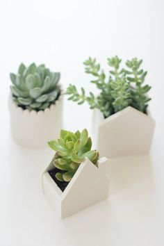 Clay Plant Pots On the hunt for the perfect housewarming gift? These DIY clay plant pots fit the bill.On the hunt for the perfect housewarming gift? These DIY clay plant pots fit the bill. Pots D'argile, Clay Pots, Ceramic Planters, Diy Clay, Clay Crafts, Homemade Clay, Art Crafts, Do It Yourself Inspiration, Baking Clay