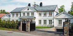 Mörkgrå takskiffer 50x50 på vitt Gripsholmshus. Skiffertak från Stoneart