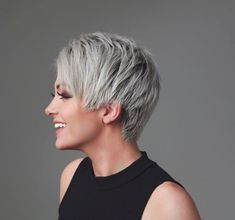 Efsun Ata gri renk kısa saç stilleri Efsun Ata imzalı iki kısa saç modelini sizler için yayınlıyoruz. Biri çok kısa olan diğeri orta kısalıkta olan iki far