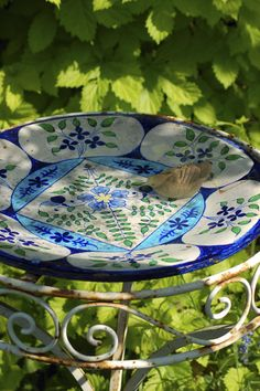 Great idea - using an old plant stand and a beautiful shallow bowl to make a bird bath.  So pretty.