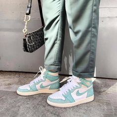 NIKE shoes sneakers street styles/outfit with Nike shoes/womens outfit style/jordan girls/womenstyle/streetwear/supreme girl/AIR JORDAN 1 shoes Mode Converse, Sneakers Mode, Green Sneakers, White Sneakers, Sneaker Outfits, Zapatillas Nike Huarache, Moda Nike, Street Style Shoes, Shoes Style