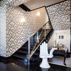 @schumacher1889's Zimba wallpaper in silver is high-contrast perfection in this modern stairway. Love the hand chair!