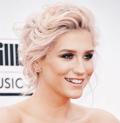 Forget 'Sleazy' -- Kesha was edgy and glam in a black down at the 2014 Billboard Music Awards! Billboard Music Awards, Katy Perry, Jennifer Lopez, Kesha Hair, Dental Jewelry, Tooth Jewelry, Las Vegas, Gold Teeth, Grillz