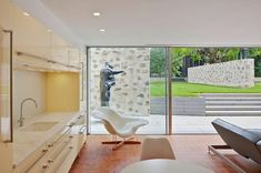 Completed in 2010 in New Canaan, United States. Images by Paùl Rivera © Archphoto. The Wiley residence in New Canaan, Connecticut, designed by Philip Johnson in was purchased with the intention of restoring the residence. Modern Crib, Mid-century Modern, Modern Design, Modern Country, Modern Rustic, Creative Design, Contemporary, Philip Johnson, Interior And Exterior