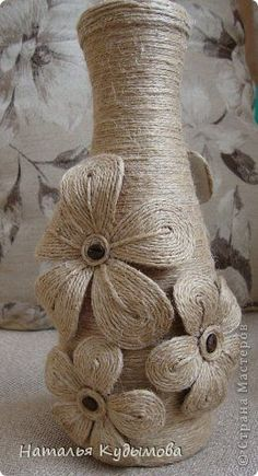 Cute Twine Decorations - So Crafty Wine Bottle Art, Diy Bottle, Wine Bottle Crafts, Glass Bottle, Burlap Flowers, Fabric Flowers, Hobbies And Crafts, Arts And Crafts, Twine Crafts