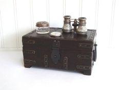 COFFRE en bois VINTAGE  boîte  tronc  courroies par absenceofcolor, $48.00