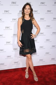 Olivia Wilde escolheu um vestido A.L.C. para o tapete vermelho do festival Tribeca Film e completou o look com umas sandálias brilhantes Tabitha Simmons.