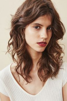 Hair Color Ideas For Brunettes Discover Lime Crime Velvetine Matte Lipstick Curly Hair With Bangs, Long Curly Hair, Wavy Haircuts, Hairstyles With Bangs, Hairstyle Men, Modern Haircuts, Formal Hairstyles, Wedding Hairstyles, Jeanne Damas