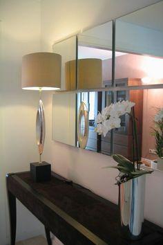 idee deco hall d entree maison avec lampadaire original et un vase en métal couleur argent