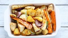 Groenten in de oven . Kies jouw favoriete groenten van het moment, doe ze in een vuurvaste schotel met wat olijfolie en kruiden. Rooster ze in de oven en je hebt een lekker gerechtje , zonder dat het veel werk was. Je kan het deels op voorhand bereiden. Ideaal dus als je tijdens de feestdagen veel v